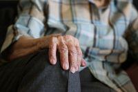 Пожилая женщина не в состоянии сделать ремонтв своей квартире.