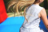 При спуске с горки маленькая девочка попала во вмятину левой ногой и получила травму — перелом ноги, который был оценен как тяжкий вред здоровью.