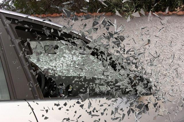 Водитель и еще два его пассажира серьезно пострадали: всего в машине находилось 6 человек.