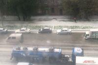 Зеленая трава, земля, асфальт, крыши автомобилей и домов оказались укрыты белым ковром из градинок.