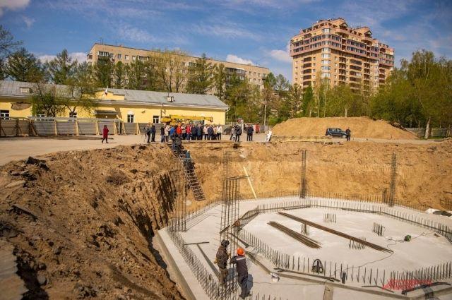 Центральный парк готовится к запуску инновационного сухого светомузыкального фонтана.