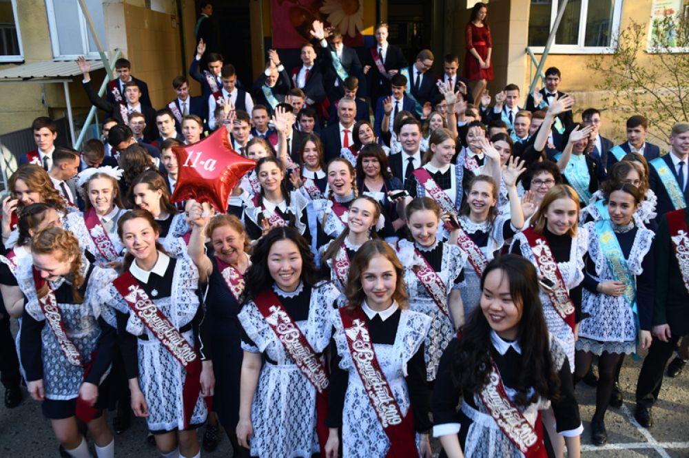Школьники во время последнего звонка в школе № 9 в Чите.