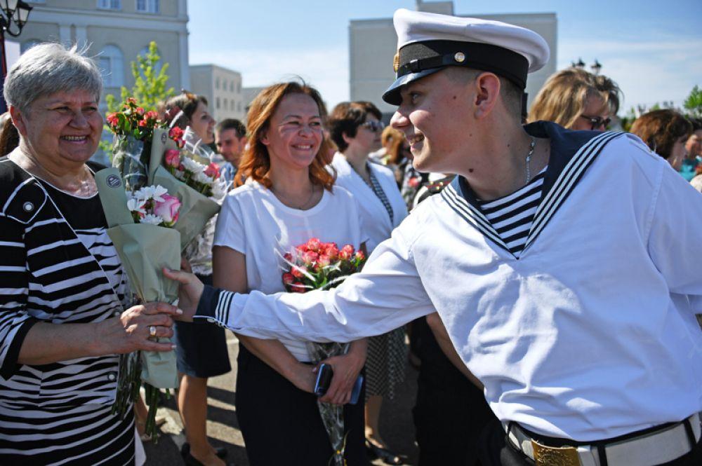 Кадеты филиала Нахимовского военно-морского училища (Севастопольского президентского кадетского училища) во время последнего звонка.