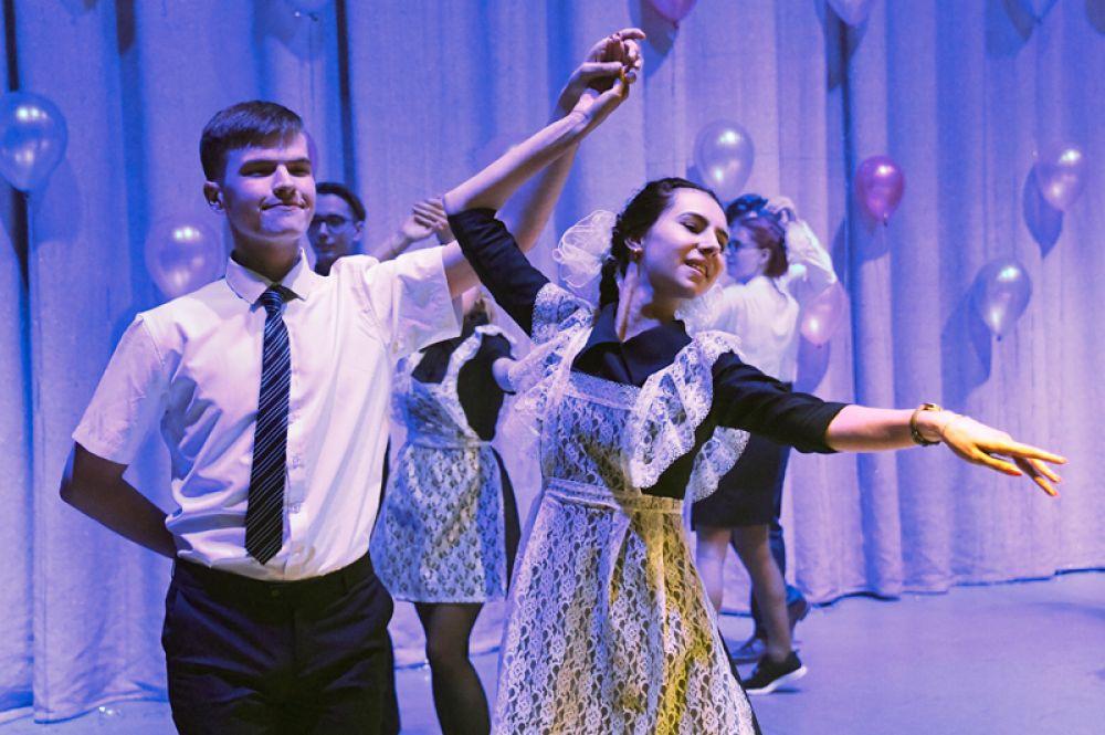 Школьники танцуют во время последнего звонка в Доме офицеров Забайкальского края в Чите.