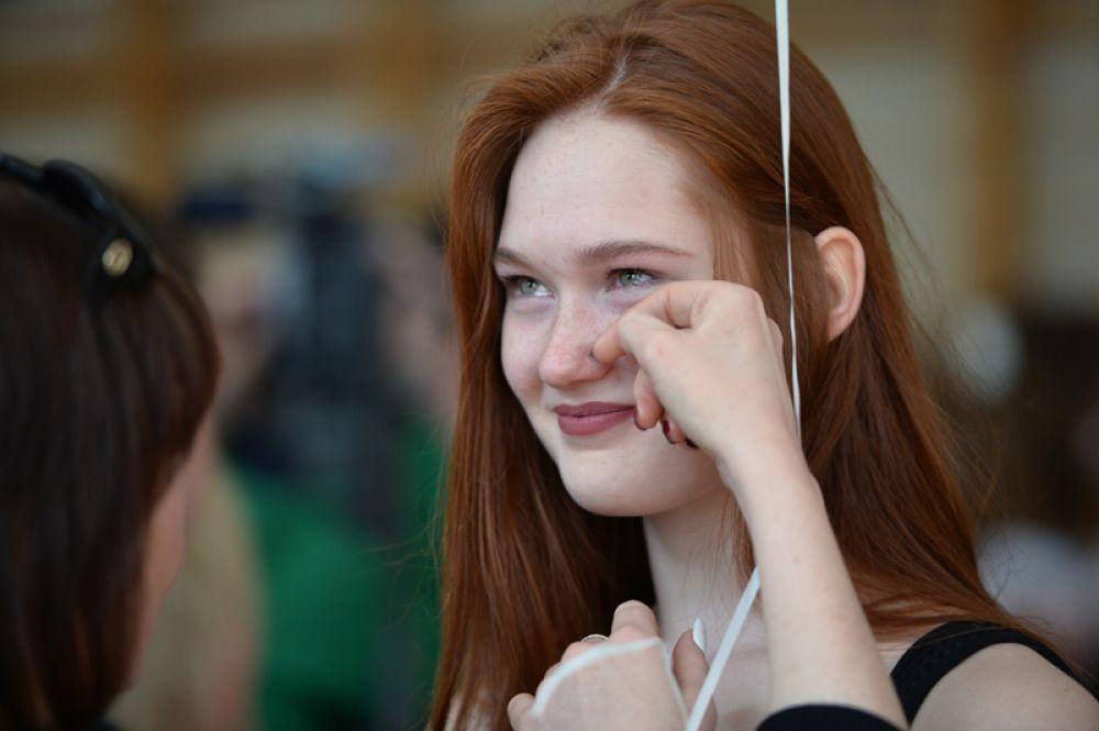 Школьница во время последнего звонка в гимназии № 9 в Екатеринбурге.