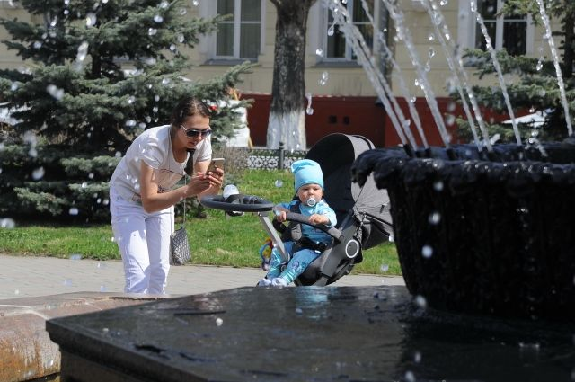 Челябинцы запросто моют руки в фонтанах, после чего не брезгуют и сами окунуться.