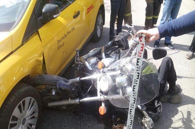 По предварительной информации, в районе дома № 33 по улице Луначарского мотоциклист не уступил дорогу автомобилю Ford Focus, ехавшему «главной»