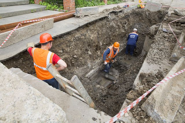 «Горводоканал» проводит здесь работы по аварийному ремонту водопровода.