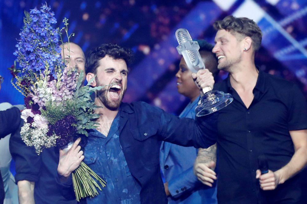Певец Дункан Лоуренс из Нидерландов празднует победу на конкурсе «Евровидение» в Тель-Авиве, Израиль.