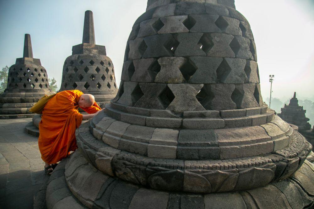 Буддийский монах в храме Боробудур в Магеланге, Индонезия.