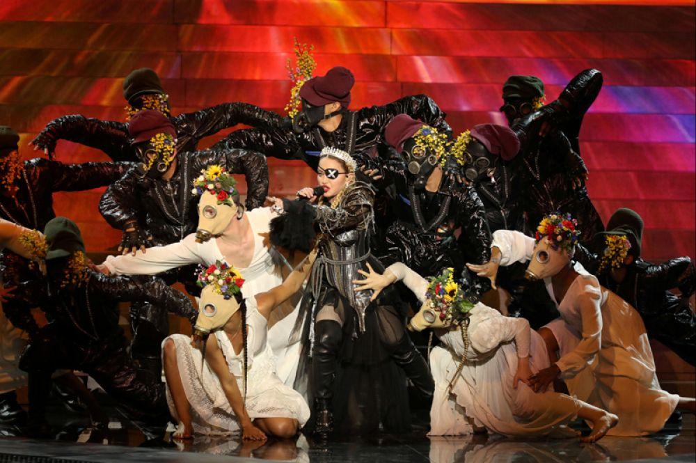 Мадонна выступает в качестве гостя в финале «Евровидения» в Тель-Авиве, Израиль.
