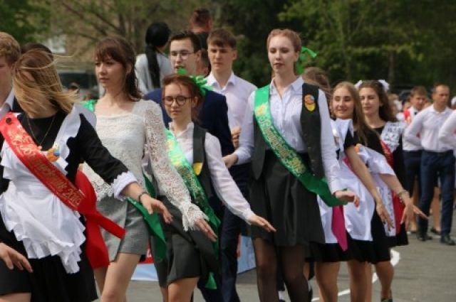 В Орске выпускники станцевали на «Весеннем балу»