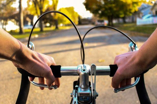 При отсутствии специальных дорожек велосипедисты вынуждены выбирать - ехать по дороге или по тротуару, постоянно спешиваясь.
