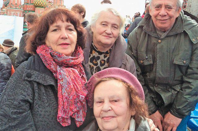 Наталия Бабулевич (в центре во втором ряду) в окружении друзей-блокадников.