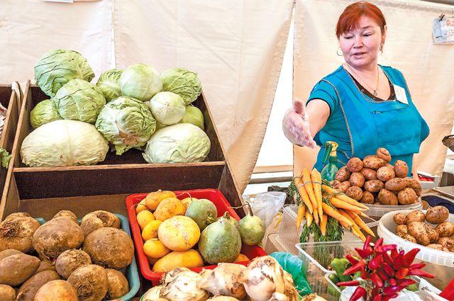 На ярмарке несколько десятков прилавков. Здесь можно купить домашний творог исметану изРязани, мясные изделия изТамбова, овощи изНижнего Новгорода иСмоленска.
