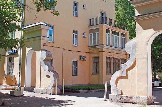 Вход во двор наул.Маршала Новикова, д.1, где находится музей.