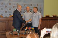 В Харькове наградили мужчину, который остановил преступника с гранатой