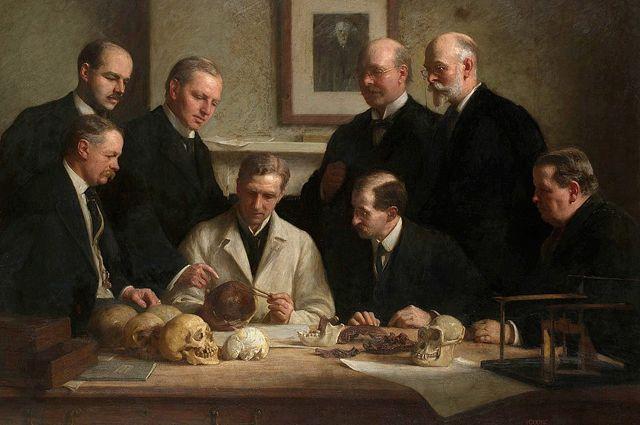 Ученые вокруг черепа «пилтдаунского человека». Картина Джона Кука, 1915.