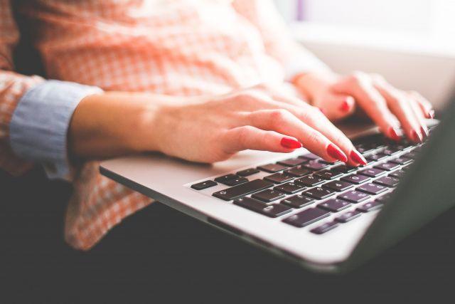 В начале февраля этого года жительница Кировского района Новосибирска обратилась в полицию с заявлением о краже ноутбука и телевизора из ее квартиры.
