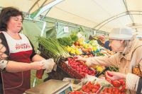На ярмарке в Покровском-Стрешневе продают овощи, фрукты, молочную, мясную продукцию и мёд.