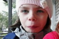 Приметы девочки: рост 140-145 см., волосы темные русые, на волосах резинка в виде спирали.
