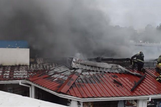 Сгорела крыша дельфинария.