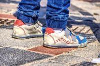 Родители дошкольников жалуются, что нередко место в садике дают в другом микрорайоне, а возить ребёнка на общественном транспорте с несколькими пересадками крайне неудобно и затратно.