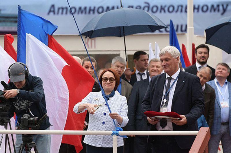 Председатель Центрального банка РФ Эльвира Набиуллина разрезает ленточку на церемонии спуска на воду ледокола «Урал».
