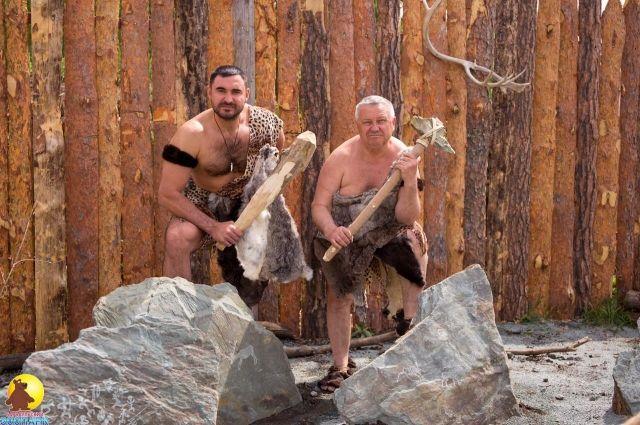 Директор зоопарк Сергей Писарев (справа) и его заместитель Александр Чеботарев предстали в образе древних людей.