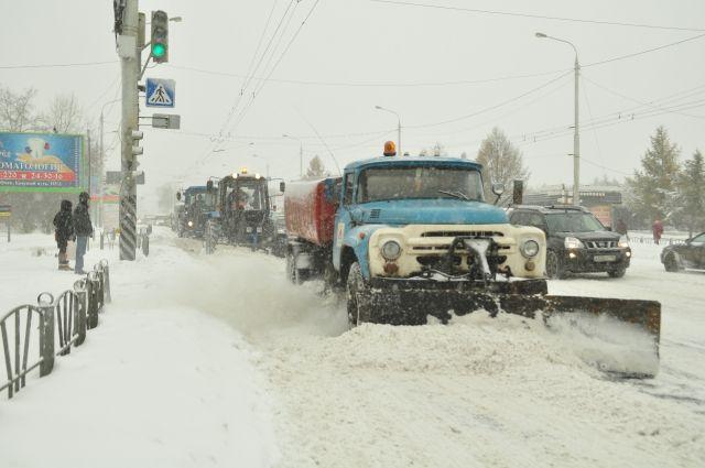 В Салехарде устраняют последствия снегопада
