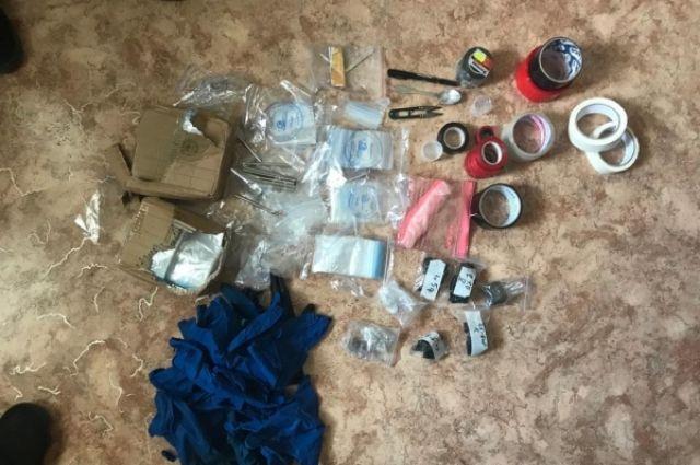 Во время личного досмотра у задержанного мужчины полицейские обнаружили 15 граммов кокаина, а у девушки – более 5 граммов гашиша.