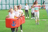 На новом поле проводятся детские спортивные праздники.
