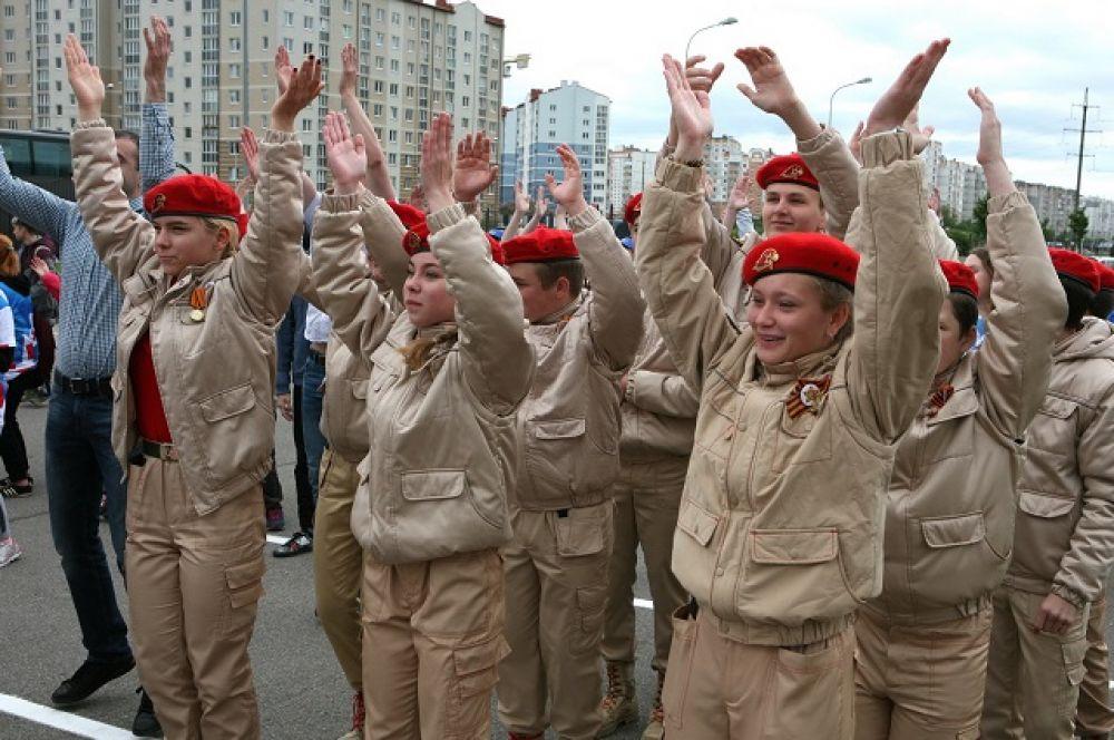Волонтёры и руководитель регионального Агентства по делам молодёжи Денис Калиновский выстроились в слово «цифра».