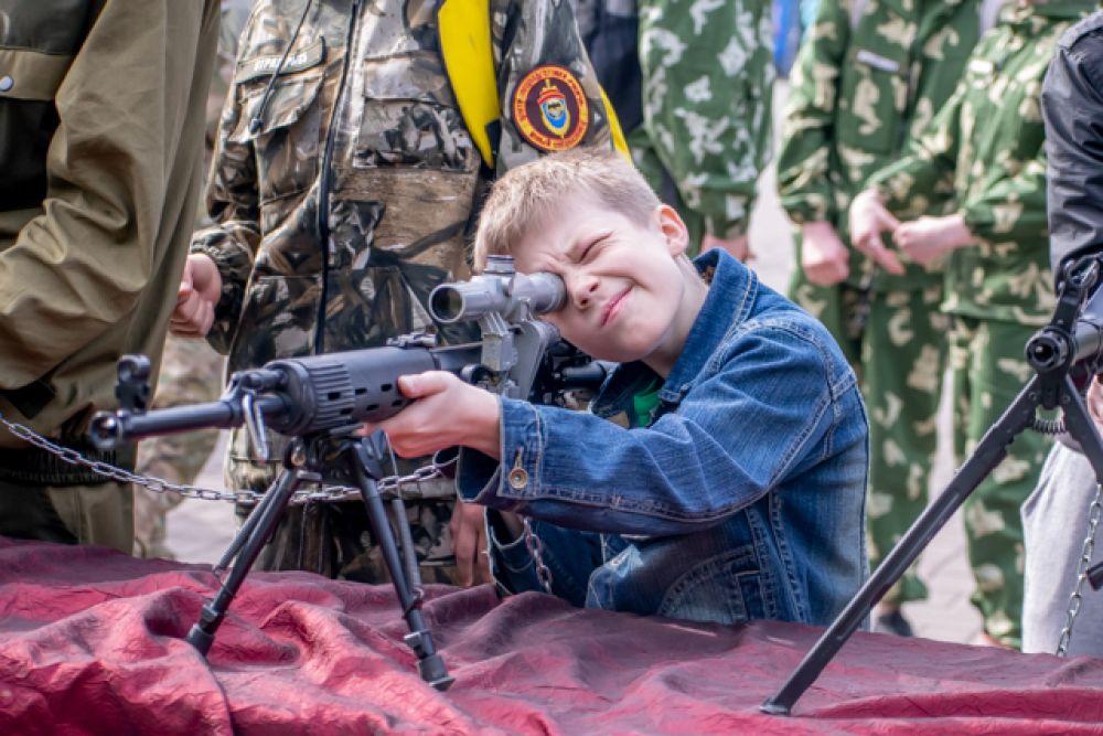 Каждый мог посмотреть на боевое оружие, узнать много нового и даже потрогать его