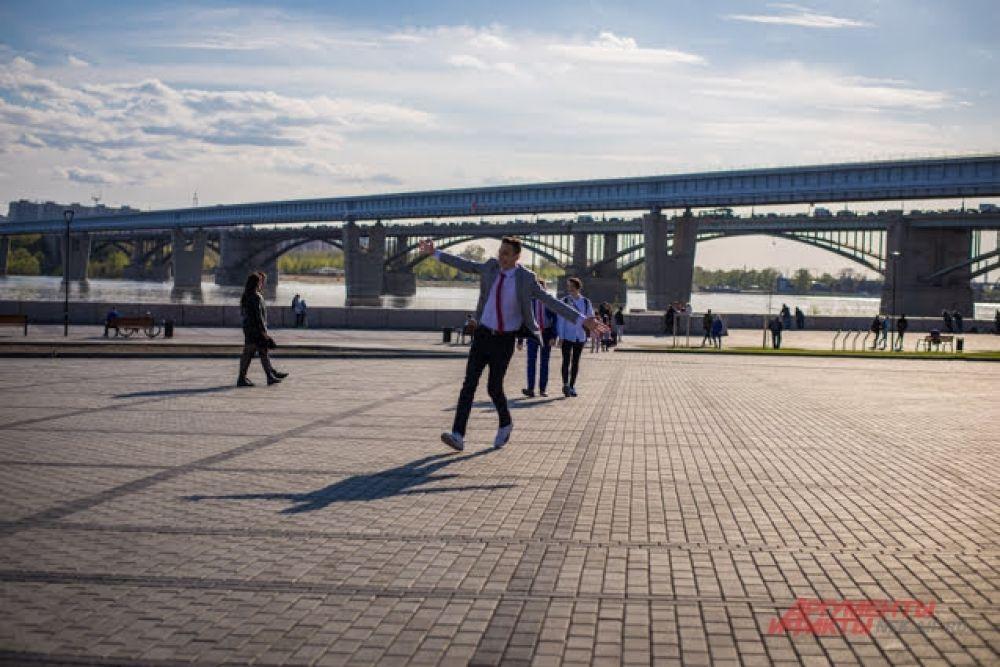 После торжественной части в школе ребята продолжили отмечать последний звонок, гуляя по городу. Как известно Михайловская набережная реки Обь — одно из самых популярных мест для новоиспеченных выпускников.