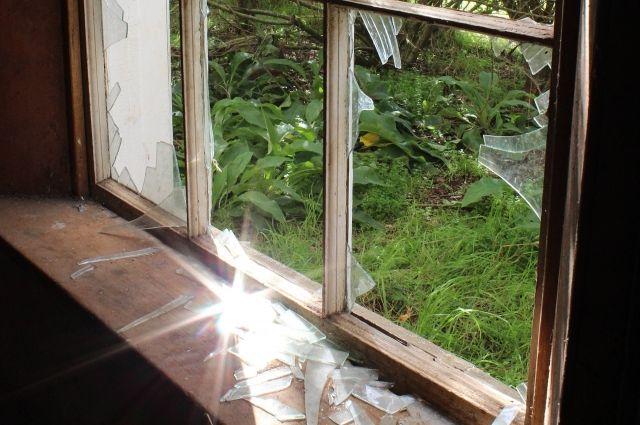 В Неманском районе рецидивист проник в дом соседки и похитил оконную ручку