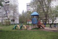 Перед летом жилищники обязаны провести ревизию оборудования и починить детские игровые площадки.