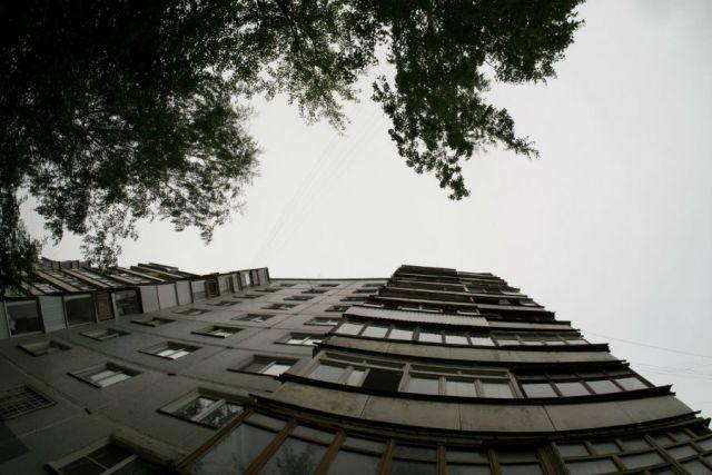 По олдной версии девушка выпала из окна седьмого этажа, пол другой — из окна девятого этажа высотного дома.