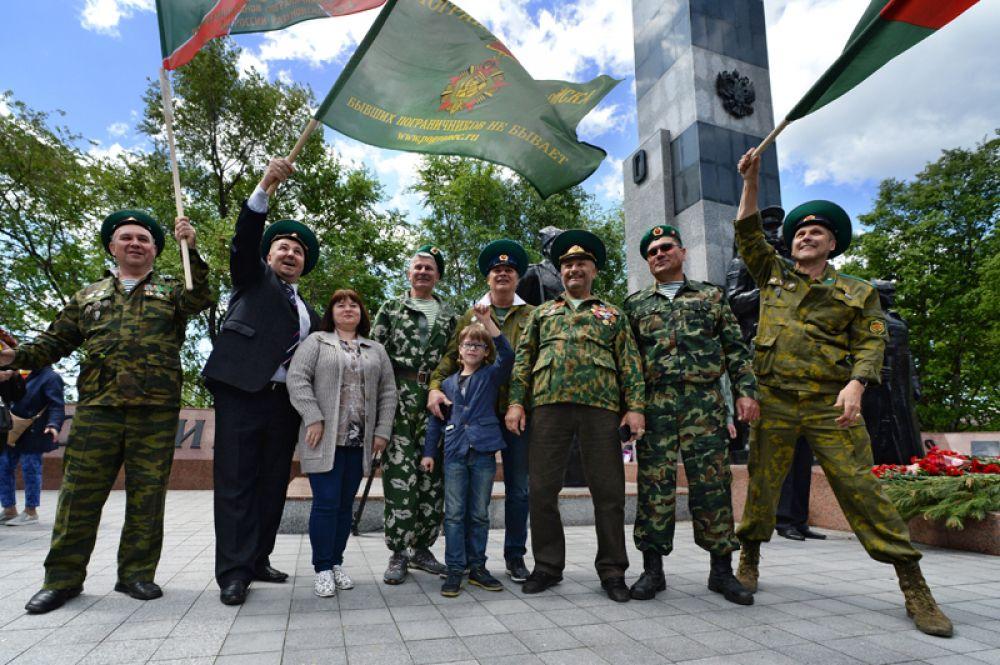 Ветераны пограничной службы возле памятника «Пограничникам, погибшим при защите границ Отечества» во Владивостоке.