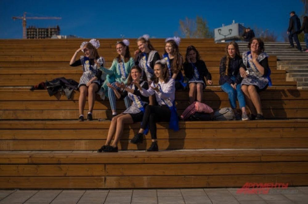 Новоиспеченные выпускники с надеждой смотрят в будущее: скоро их ждет выбор, который определит профессиональную судьбу.