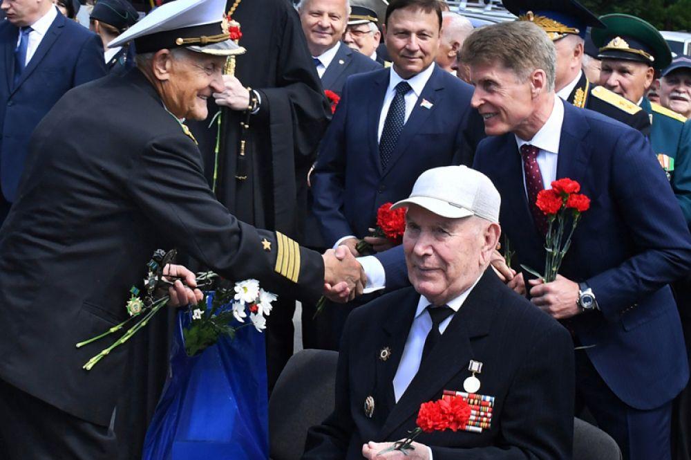 Губернатор Приморского края Олег Кожемяко (справа) поздравляет ветеранов пограничной службы с праздником.