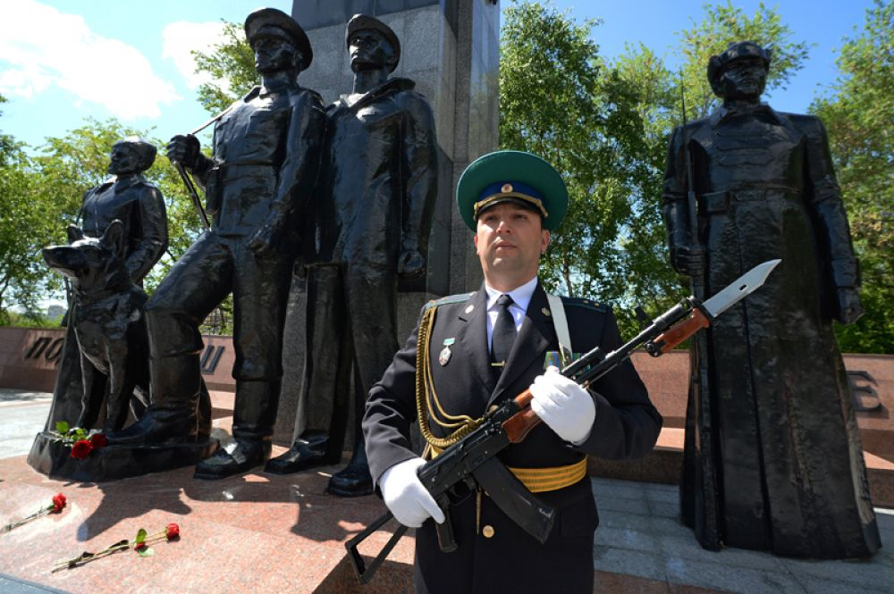Пограничник в почетном карауле у памятника «Пограничникам, погибшим при защите границ Отечества» во Владивостоке.