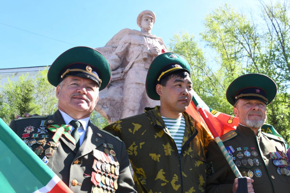 Ветераны пограничной службы у памятника Пограничникам в Чите.