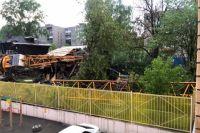Кран повредил несколько жилых домов и автомобиль.