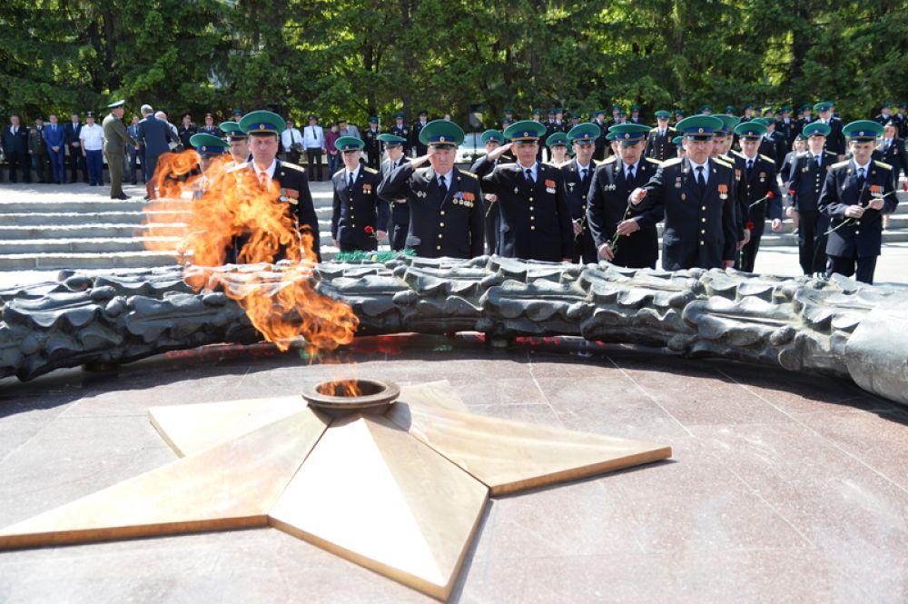 Офицеры-пограничники возлагают цветы к Вечному огню в Челябинске.