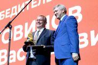 Главную бизнес-премию Сергею Кустовинову вручил Александр Гусев.