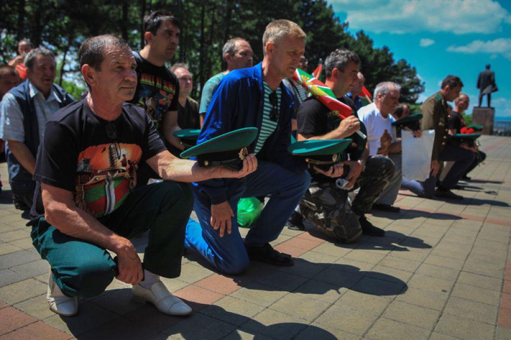 Участники праздничных мероприятий возле Вечного огня в Пятигорске.