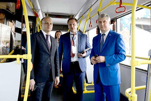 Александр Гусев и Алексей Беспрозванных осматривают модель одного из автобусов, представленную на выставке.