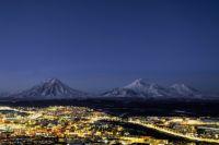 Вулканы Корякский, Козельский и Авачинский на фоне ночного Петропавловска-Камчатского.