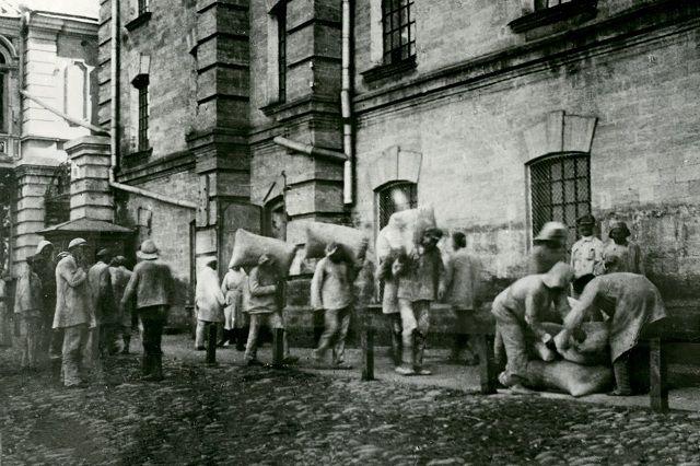 Погрузка муки на Гулиевской мельнице в Ставрополе, 1913 год.